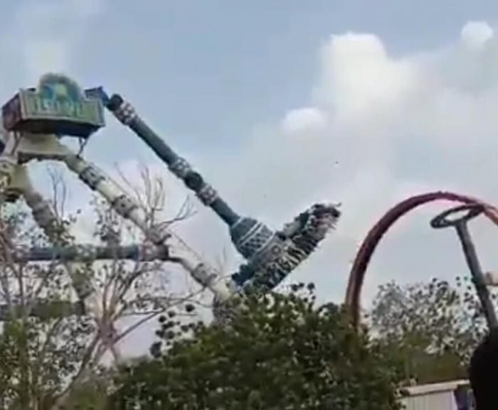 Двое убитых и десятки раненых после того, как маятниковой атракцион переломился в индийском парке развлечений
