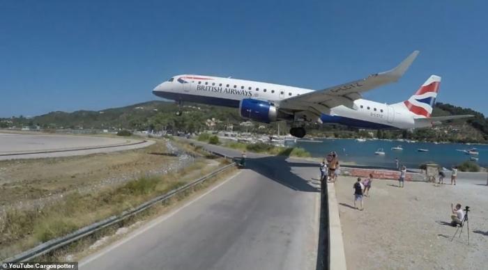 На страшных кадрах отдыхающие делают селфи, когда пассажирские самолеты заходят на посадку прямо над их головами