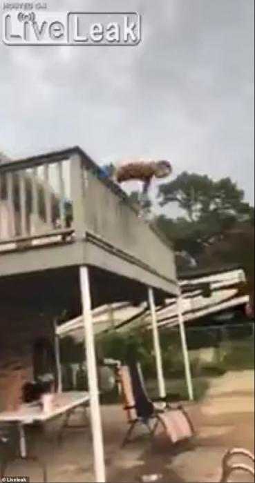 Ужасно! Мужчина с разбега прыгает с балкона и падает на землю, недолетев чуть-чуть до бассейна