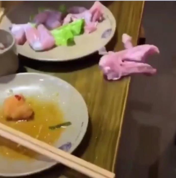 Ужасающий момент «куриная грудка зомби» возвращается к жизни и убегает с обеденного стола