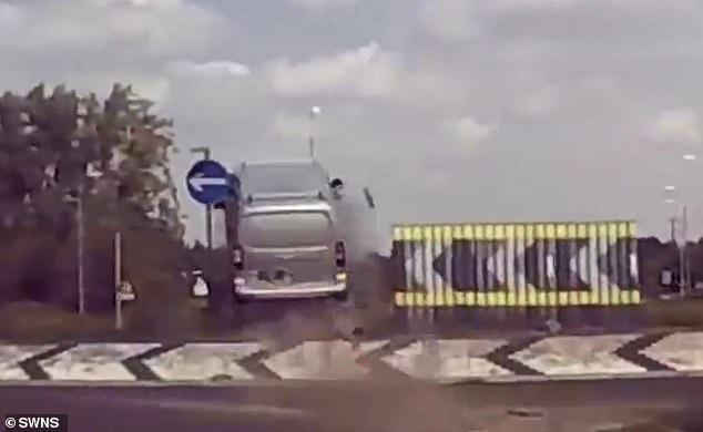 18-летнему водителю запрещено управлять автомобилем после полета по воздуху. Он взлетел всего через 3 месяца после экзамена