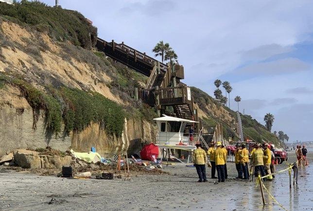 Трое погибших, когда обрушился обрыв на заполненную пляжную полосу