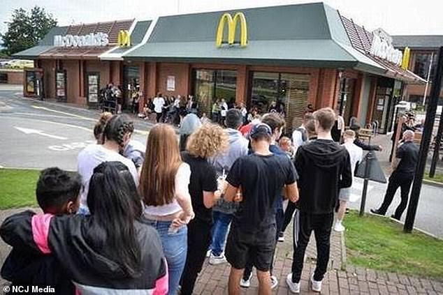 Сотни поклонников фаст-фуда в течение нескольких часов стоят в очереди, чтобы попробовать новые пряные куриные нагетсы в Макдональдс