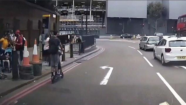 Шок, когда отец и его сынишка в нарушение всех правил едут на электросамокате вдвоём по одной из самых оживленных дорог Лондона