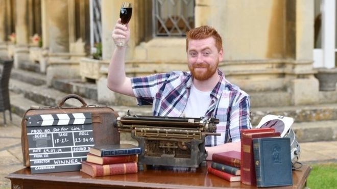 На фото победитель Национальной лотереи «На всю жизнь», который будет получать £ 10 000 в месяц в течение 30 лет