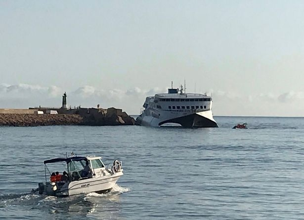 В Бенидорме переполненный паром сел на мель. 400 туристов было эвакуировано