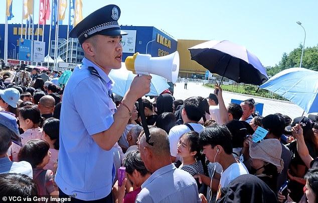 Хаос, когда огромные тысячи людей стоят в очереди в первый магазин Ikea в центральном Китае