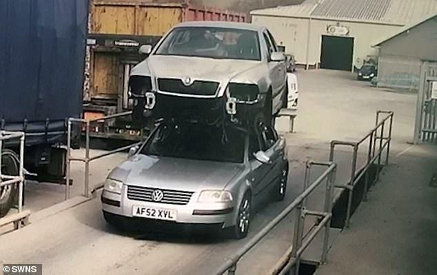 51-летний водитель был оштрафован после того, как его остановили с разбитой Шкодой, опасно привязанной к крыше его автомобиля