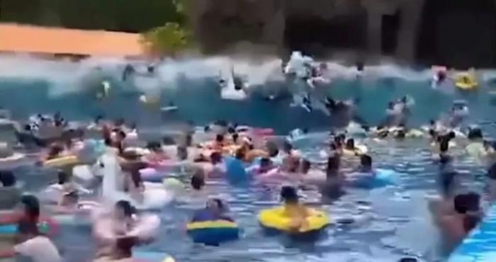 Шок! Неисправная волновая машина создает сильное «цунами», ранив 44 пловца в китайском аквапарке