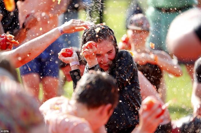 Вот оно развлечение! Десятки россиян бросаются помидорами на испанском фестивале в Санкт-Петербурге