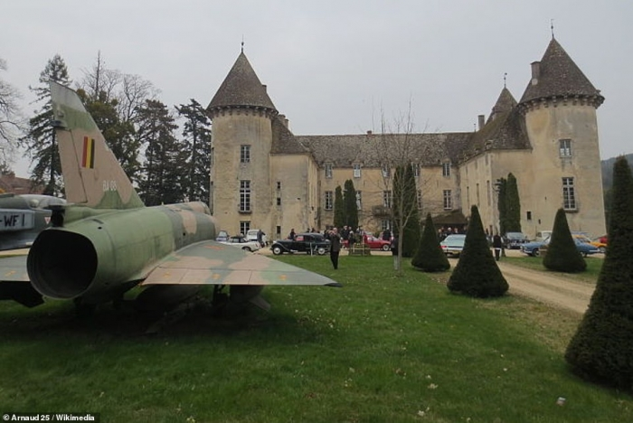 Французский замок с коллекцией боевых самолетов