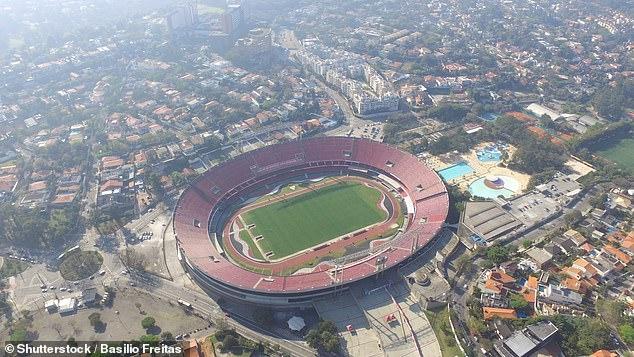 Футбольный болельщик выживает, упав с высоты 12 метров бразильского стадиона после приземления на 13-летнюю девочку