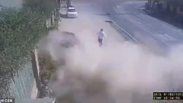 Фантастика! Пешеход обманывает смерть, когда мужчина, обвиняемый в вождении в нетрезвом виде, врезается в стену ресторана рядом с ним