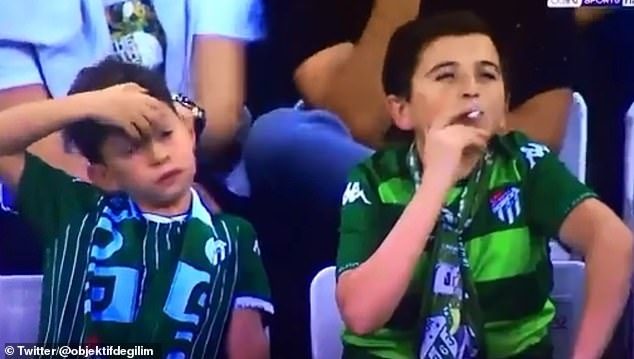 Курящий «ребенок» на турецком футбольном матче на самом деле 36-летний мужчина