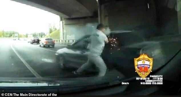 Дорожный бандит в момент ссоры на дороге выстрелил в шею другому водителю из ракетницы в Москве