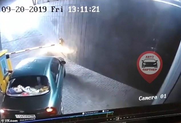 Неуравновешенный водитель сворачивает шлагбаум на автостоянке, а потом сбегает, сломав и шлагбаум, и свою машину