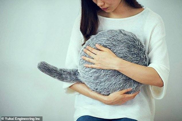 Подушка с хвостом, выпущенная японской фирмой, виляет хвостом, когда её гладят и снимает стресс