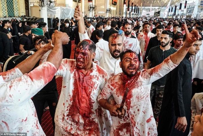 Правоверные мусульмане-шииты, в том числе дети, отмечают Ашуру по всему миру