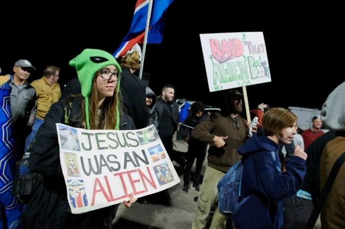 Штурм Зоны 51. Только 75 человек прибыло к воротам военной базы, однако тысячи людей собрались в пустыне Невада посмотреть