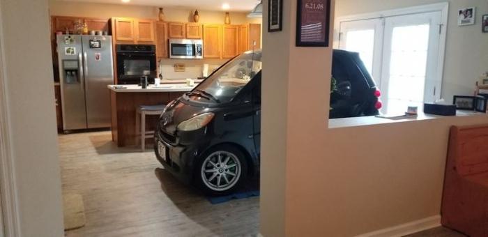 Мужчина из Флориды поставил свою машинку «Смарт» на кухне, спрятав её от урагана
