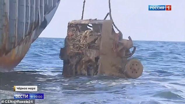 Российские военные вытаскивают немецкое противотанковое орудие со дна моря возле Крыма через 76 лет, когда здесь затонуло грузовое судно