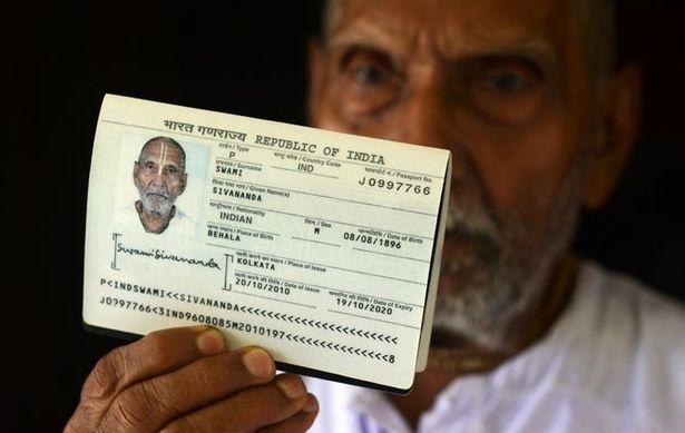 «Старейший в мире человек» ошеломляет сотрудников аэропорта, показывая паспорт с датой рождения