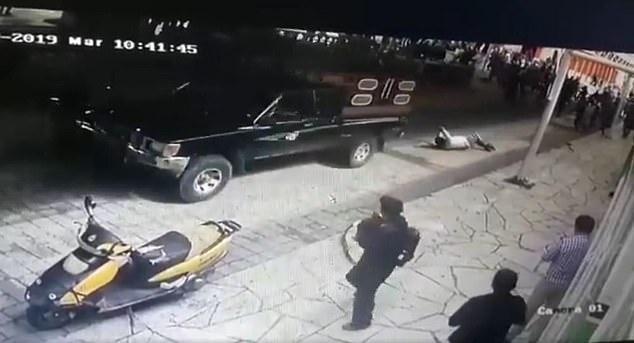 Жители привязали мэра к грузовику и таскают его по улицам из-за плохого ремонта дорог в мексиканском городке