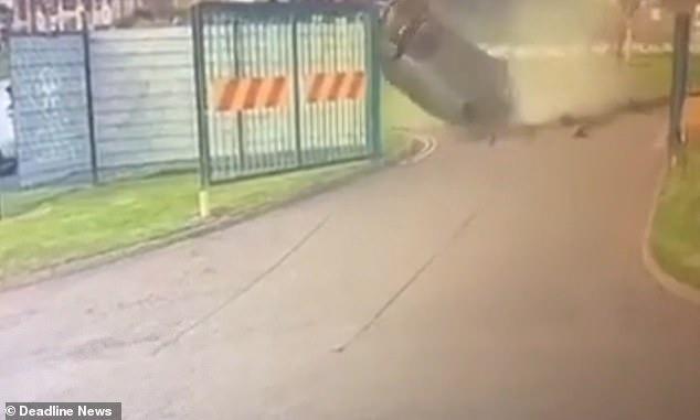Машина, кажется, падает с неба, когда она пролетает над кольцевой развязкой и разбивается о землю во время ужасной аварии