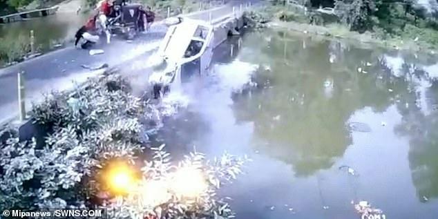 Водитель пытается спасти ребенка, бросив его на мост после того, как его машина упала в воду в Индии