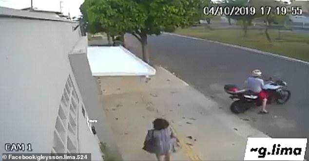 Женщину «случайно похитили» с улицы, когда двери гаража опускаясь сверху затолкнули ее внутрь здания