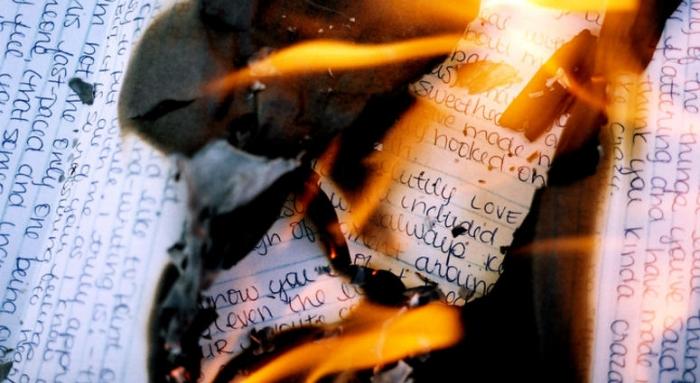Женщина устроила пожар в квартире, сжигая любовные письма