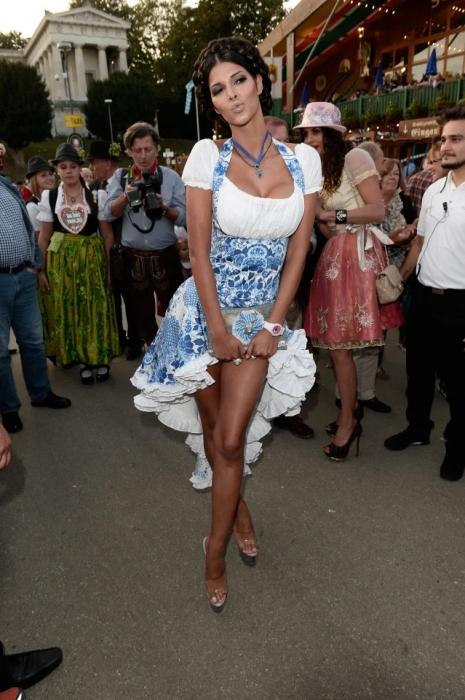 Всемирно известный фестиваль пива Октоберфест обслуживают шикарные женщины