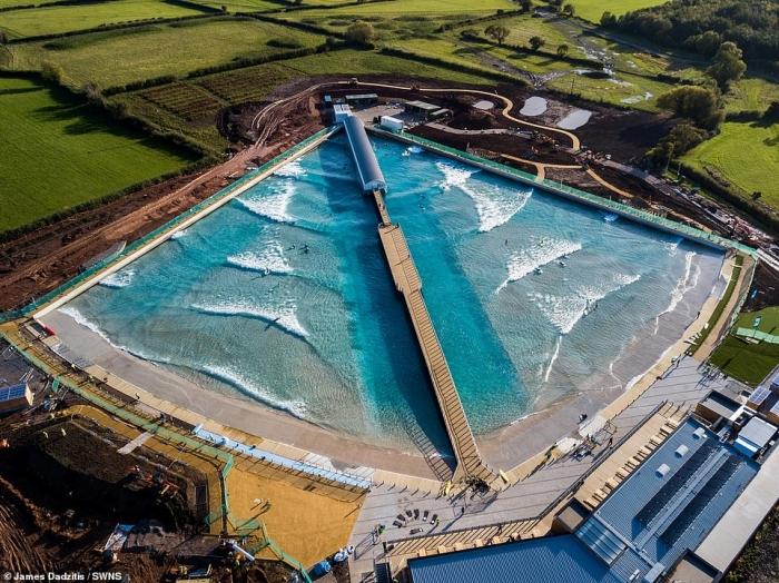 Невероятный фильм, снятый с воздуха показывающий искусственный водоём для серфинга в действии