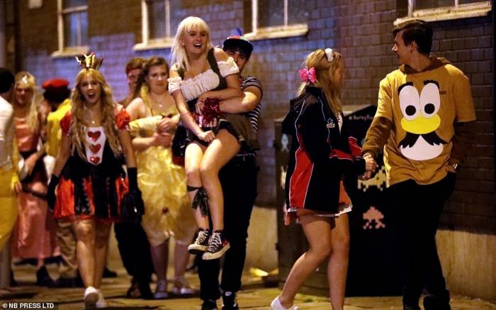 Поздний вечер страха на Хэллоуин! Студенты надели страшные костюмы для знаменитого паба в Лидсе Otley Run ... Утром им будет плохо