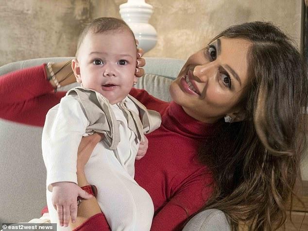 Русская королева красоты показала лицо своего маленького принца миру, настаивая на том, что ее бывший муж, король Малайзии, его биологический отец