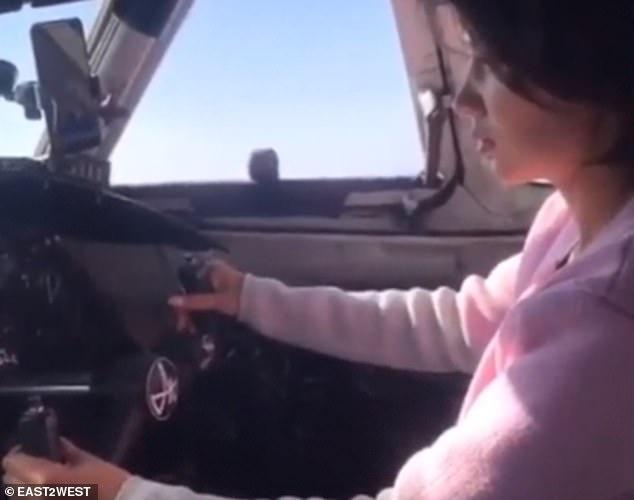 Пилот российской авиакомпании позволяет женщине пассажирке взять на себя управление самолетом, который может перевозить до 50 человек