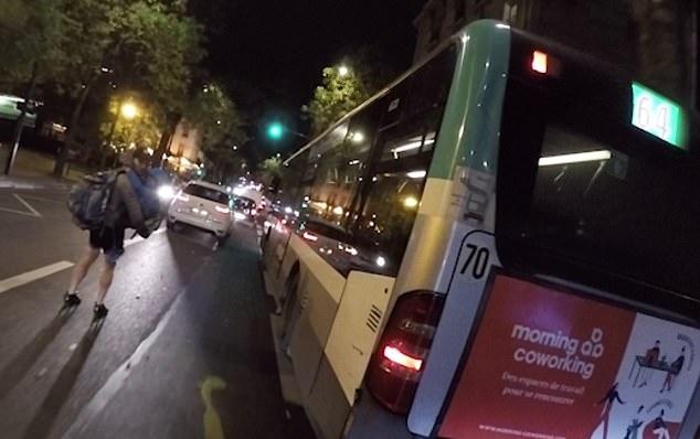 Шок. Мужчина катается на роликах по темным улицам Парижа с ребенком на руках