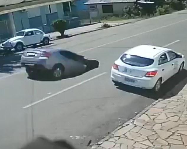 Полный шок, когда весь автомобиль исчезает в огромном провале, который образовался посреди улицы в Бразилии