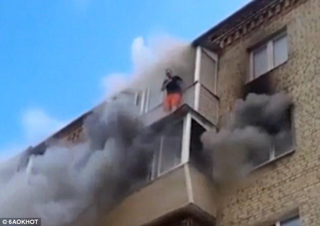 Мужчина молится, чтобы выжить, а его семья выпрыгивает из своей пылающей квартиры на пятом этаже в Подмосковье