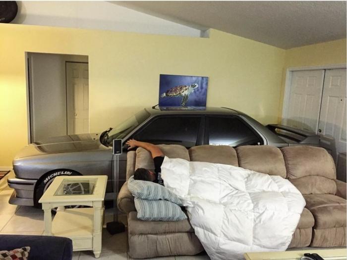 Любитель автомобилей поставил свою машину в комнате во время урагана