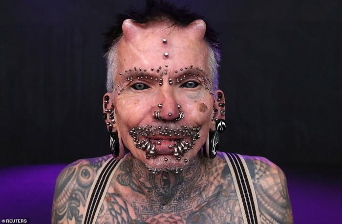 Мужчина имплантировал себе рога и присоединился к мастерам татуировки и поклонникам конвенции боди-арта