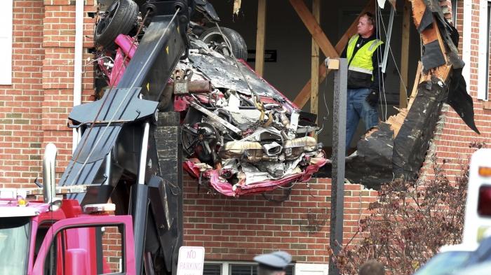 Porsche стоимостью 38 тыс. фунтов залетел на второй этаж дома. Погибло два человека