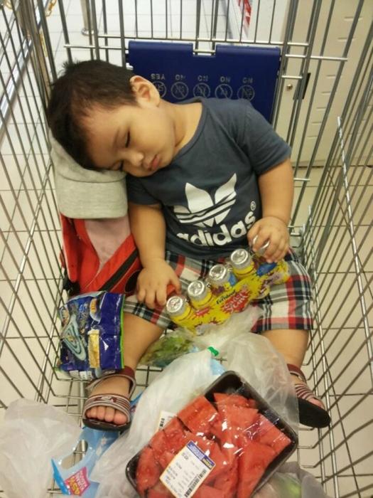 Если вы любите детей, тогда вам понравятся смешные картинки деток спящих в необычных местах