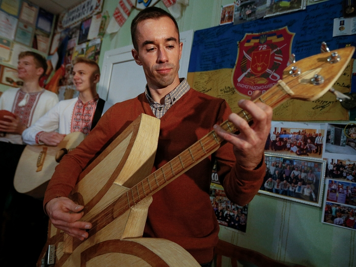 Украинец делает музыкальные инструменты из спичек