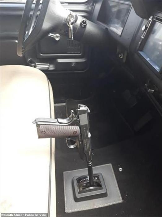 Ошеломленные полицейские обнаруживают, что водитель использует Кольт 45 в качестве рычага переключения передач