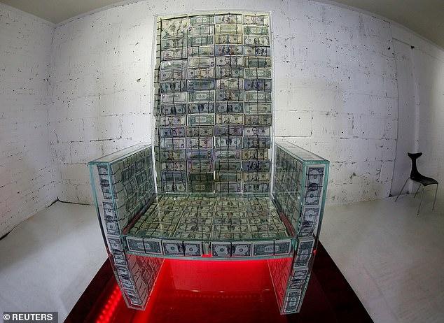Стеклянный трон, наполненный банкнотами на $ 1 млн, выставлен в Москве