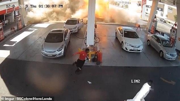 Страшный момент подземный танк автозаправочной станции взрывается, когда автомобилисты заправляются