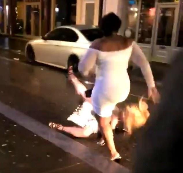 Шок! Женщина хватает другую женщину за волосы и бросает её спиной на дорогу во время яростного скандала за пределами коктейль-бара