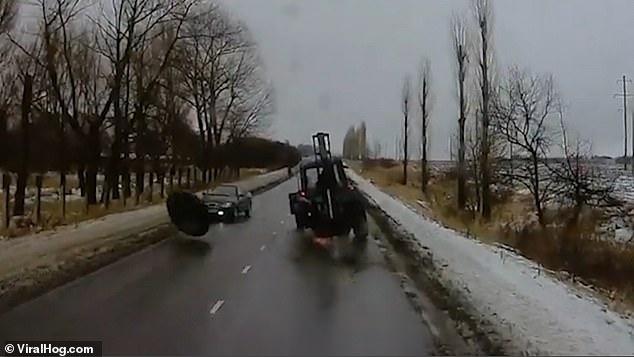 Ужас! Огромное колесо отрывается от трактора и катиться в лоб едущей машины в России