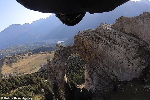Пилот костюма-крыло пролетает через 3-метроваую каменную арку со скоростью 142 миль в час в захватывающем фильме
